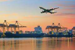 Avião de carga que voa o uso acima do porto do navio para o transporte e o franco fotografia de stock