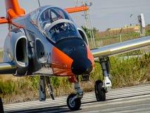 Avião de combate C101 espanhol que entra na pista de decolagem fotografia de stock