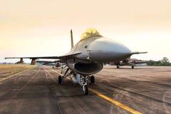 Avião de combate do falcão F16 no fundo do por do sol Imagem de Stock