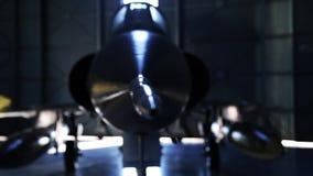 Avião de combate em um hangar filme