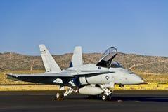 Avião de combate F15/16 na pista de decolagem fotografia de stock
