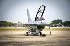 Avião de combate militar estacionado na força aérea fotos de stock royalty free