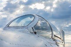 Avião de combate na terra, detalhes da cabina do piloto Foto de Stock