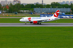 Avião de Czech Airlines Airbus A319-112 no aeroporto internacional de Pulkovo em St Petersburg, Rússia Imagem de Stock Royalty Free