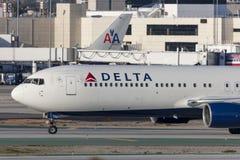 Avião de Delta Air Lines Boeing 767 no aeroporto internacional de Los Angeles Fotos de Stock