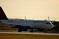 Avião de Delta Airlines na maneira do táxi fotografia de stock