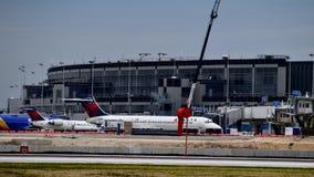 Avião de Delta Airlines na porta fotos de stock royalty free