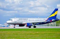 Avião de Donavia Airbus A319-111 após a aterrissagem no aeroporto internacional de Pulkovo em St Petersburg, Rússia Imagens de Stock Royalty Free