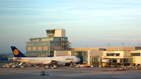 Avião de Lufthansa Boeing 747 na porta em Francoforte Fotos de Stock Royalty Free