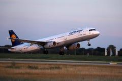 Avião de Lufthansa que descola do aeroporto de Munich, MUC fotografia de stock royalty free