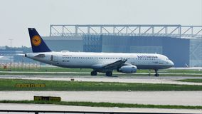 Avião de Lufthansa que taxiing no aeroporto de Francoforte, FRA, Alemanha