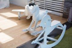 Avião de madeira e cavalos do brinquedo que estão em seguido imagem de stock royalty free