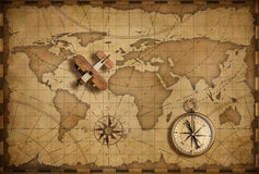Avião de madeira pequeno sobre o mapa náutico do mundo como o conceito do curso e da comunicação fotos de stock royalty free