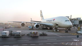 Avião de Malaysia Airlines A380 que está sendo mantido no aeroporto Editorial conceptual Foto de Stock Royalty Free
