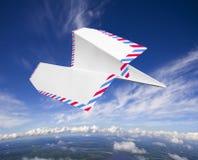 Avião de papel, conceito do correio aéreo imagem de stock royalty free