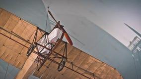 Avião de papel no modelo militar dos aviões foto de stock