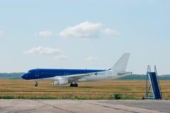 Avião de passageiros com stairway Imagens de Stock
