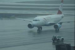 Avião de passageiros comercial de Austrian Airlines taxied na pista de decolagem imagem de stock royalty free