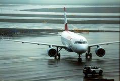 Avião de passageiros comercial de Austrian Airlines taxied na pista de decolagem fotografia de stock