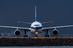 Avião de passageiros comercial do jato na pista de decolagem na vista dianteira imagens de stock royalty free