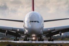 Avião de passageiros comercial do jato na pista de decolagem na vista dianteira foto de stock royalty free