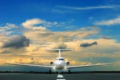 Avião de passageiros comercial na pista de decolagem Imagens de Stock