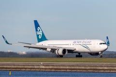 Avião de passageiros de Air New Zealand Boeing 767 em Sydney Airport Imagens de Stock