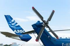 Avião de passageiros de Airbus A350 e helicóptero do transporte H225 Foto de Stock