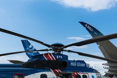 Avião de passageiros de Airbus A350 e helicóptero do transporte H225 Imagens de Stock Royalty Free