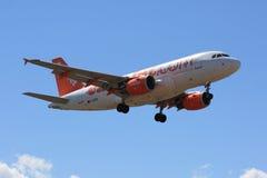 Avião de passageiros de Easyjet durante a aterragem imagem de stock