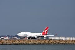 Avião de passageiros de Qantas Boeing 747 na pista de decolagem Foto de Stock