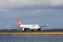 Avião de passageiros do jato de Qantas Airbus A330 Imagem de Stock