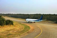 Avião de passageiros do jato que taxiing na pista de decolagem Fotos de Stock