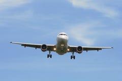 Avião de passageiros durante a aproximação Fotos de Stock Royalty Free