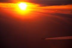 Avião de passageiros e por do sol Fotos de Stock Royalty Free