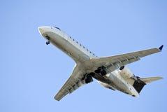 Avião de passageiros na aproximação de aterrissagem final revisada Fotos de Stock Royalty Free