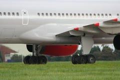 Avião de passageiros na grama Fotografia de Stock Royalty Free