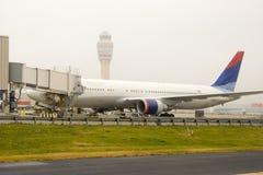 Avião de passageiros na porta Fotos de Stock Royalty Free