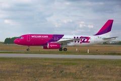 Avião de passageiros na terra Fotografia de Stock