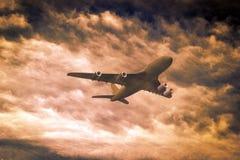 Avião de passageiros no fundo nebuloso Fotografia de Stock