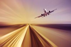 Avião de passageiros sobre a estrada no fundo borrado Fotos de Stock Royalty Free