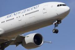 Avião de passageiros ZK-OKM de Air New Zealand Boeing 777-300 na aproximação para aterrar um aeroporto internacional de Melbourne Foto de Stock