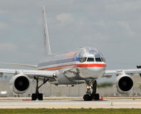 Avião de passagem de American Airlines Fotografia de Stock