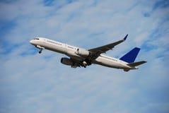 Avião de passagem de Boeing 757 fotografia de stock royalty free