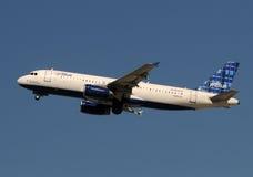 Avião de passagem de Jetblue Foto de Stock