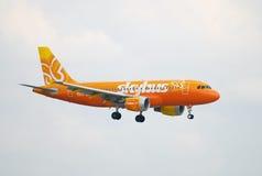 Avião de passagem de Skybus no vôo Fotografia de Stock Royalty Free