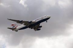 Avião de passagem do jumbo 747 com pena de trem de aterrissagem Imagem de Stock