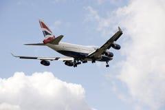 Avião de passagem do jumbo 747 com pena de trem de aterrissagem Imagens de Stock Royalty Free
