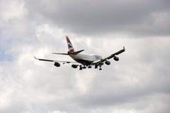 Avião de passagem do jumbo 747 com pena de trem de aterrissagem Foto de Stock Royalty Free