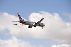 avião de passagem 777 na aproximação final à terra Imagem de Stock